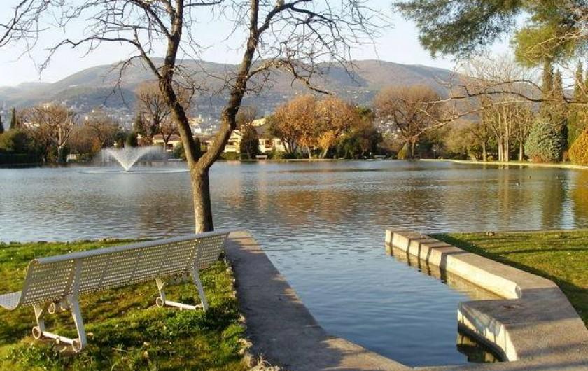 Location de vacances - Mas à Grasse - Le lac est bordé d'un chemin de promenade.  Au bout du lac, un accès au bois.