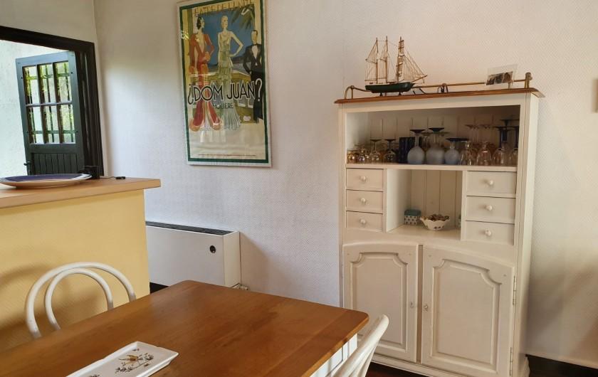 Location de vacances - Mas à Grasse - Table et vaisselier.  Comptoir de la cuisine.