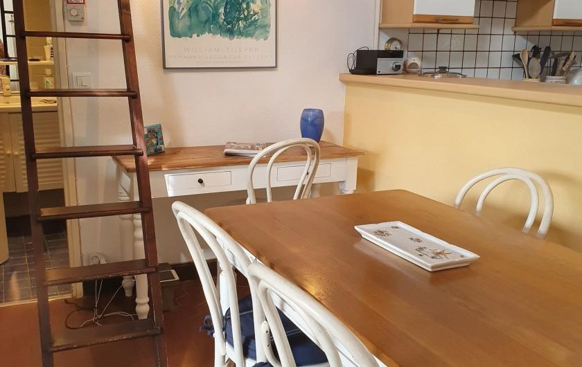 Location de vacances - Mas à Grasse - Accès à la mezzanine et porte à la salle de bain.  A gauche, la chambre.
