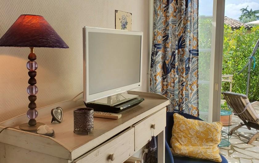 Location de vacances - Mas à Grasse - Meuble télé/bibliothèque. Accès terrasse arrière.