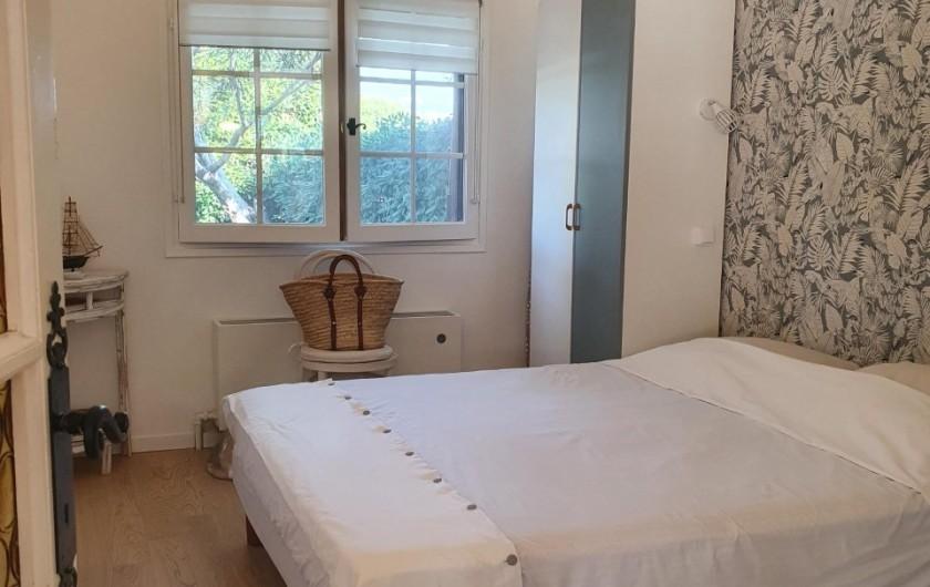 Location de vacances - Mas à Grasse - Vue sur espace canapé et TV-DVD
