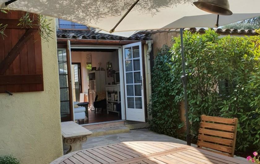 Location de vacances - Mas à Grasse - Abri voiture et cour avant.
