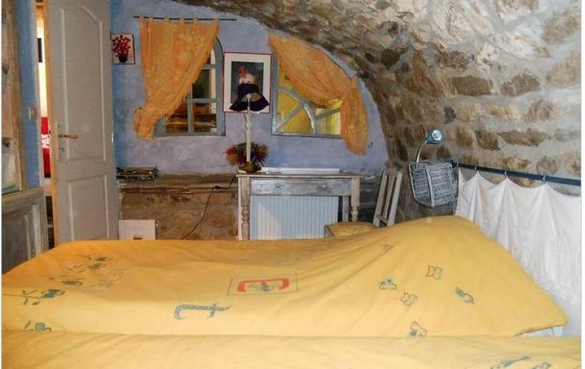 Location de vacances - Gîte à Mas-d'Orcières - Chambre  2 Elle est voûtée et a 2 lits pouvant être réunis.