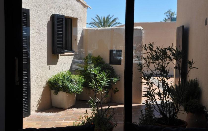 Location de vacances - Appartement à Cogolin - Patio privatif