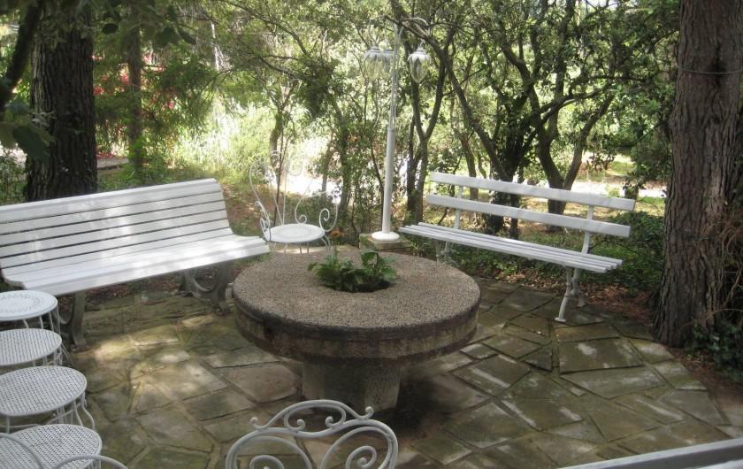 Location de vacances - Mas à Paradou - Entre maison et piscine,  un espace ombragé pour prendre apéritif ou goûter