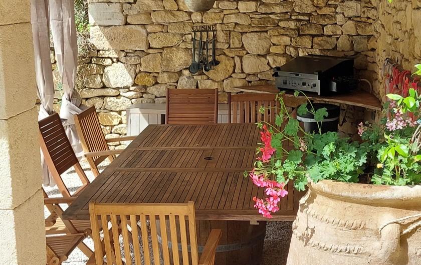 Location de vacances - Mas à Foissac - table extérieure et plancha
