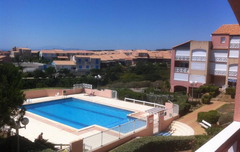 Location de vacances - Appartement à Saint-Pierre la Mer - Piscine vue du balcon