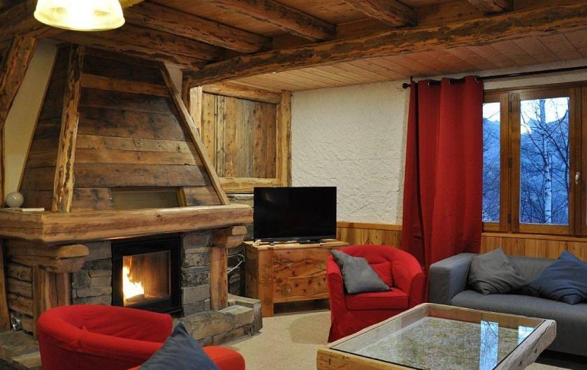 """Location de vacances - Chalet à Puy-Saint-Vincent - le salon et sa """"cheminée""""(poêle à granulés)"""