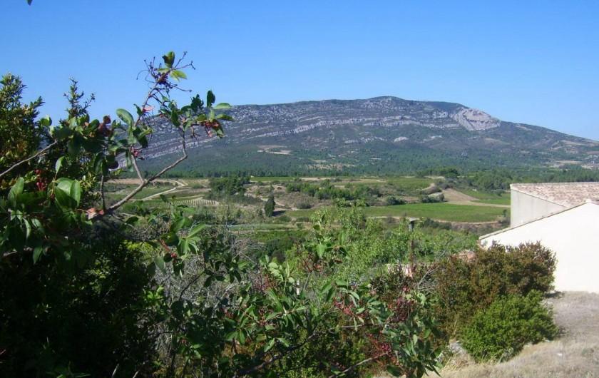 Location de vacances - Gîte à Ribaute - Quand la montagne d'Alaric veille sur le village.