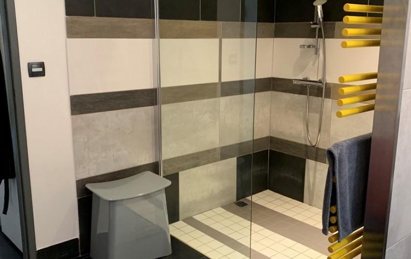 Location de vacances - Appartement à Valsonne - Grande douche à l'italienne facile d'accès pour personne à mobilité réduite