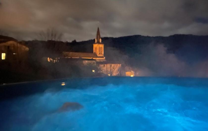 Location de vacances - Appartement à Valsonne - Bain avec remous dans la nuit et au clair des LED