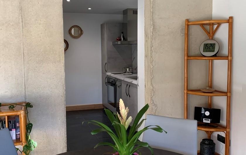 Location de vacances - Appartement à Valsonne - Le séjour donne sur la cuisine ouverte, entièrement équipée