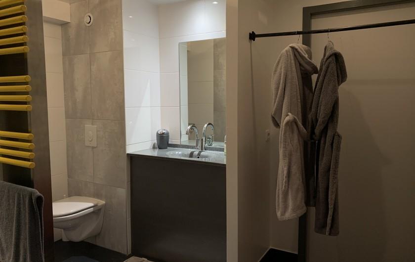 Location de vacances - Appartement à Valsonne - Salle d'eau avec grande vasque et WC...les peignoirs indispensables pour le bain