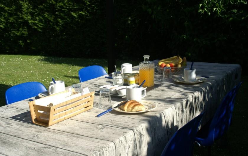 Location de vacances - Chambre d'hôtes à Vecquemont - CASA: petit déjeuner sous la tonnelle
