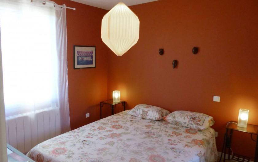 Location de vacances - Appartement à Fontain - Chambre d'inspiration marocaine : grande bibliothèque et placard
