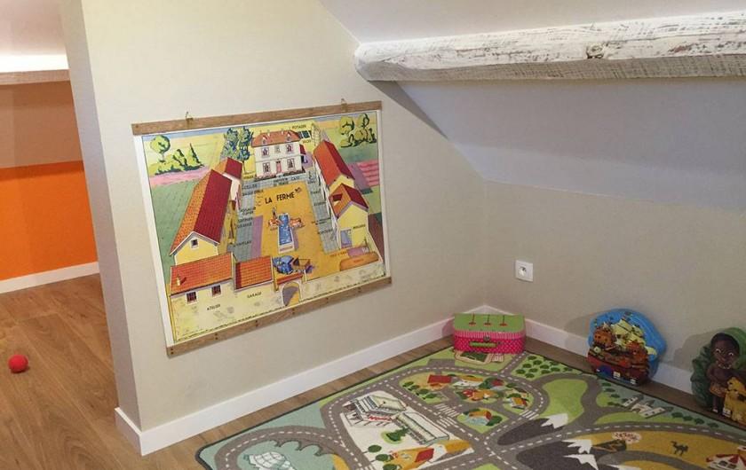 Location de vacances - Appartement à Fontain - Espace  jeux pour enfants et au fonds pièce pour bagages