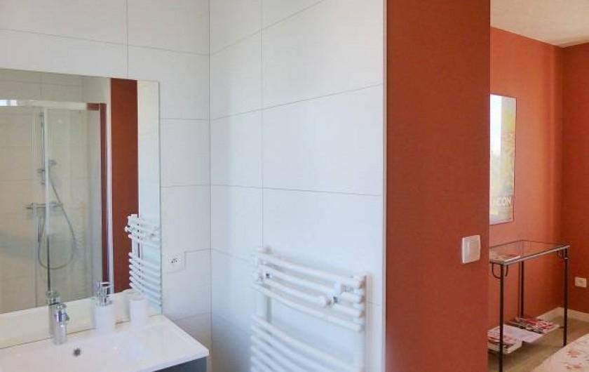 Location de vacances - Appartement à Fontain - Salle de bain attenante à la chambre du RDC