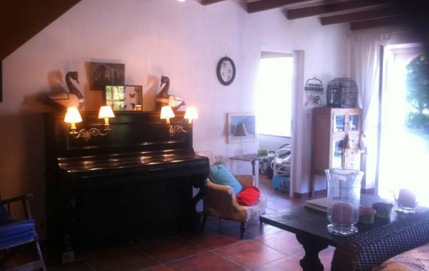 Location de vacances - Mas à Sainte-Marine - autre vue du salon; la porte ouvre sur le parc