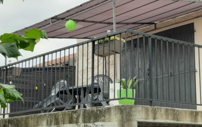 Location de vacances - Gîte à Fauch - entrée du gîte par terrasse avec baie vitrée