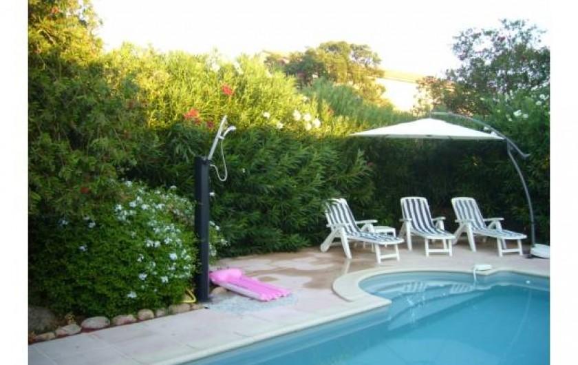 Location de vacances - Villa à Sainte-Lucie de Porto-Vecchio - Piscine avec douche solaire extérieure