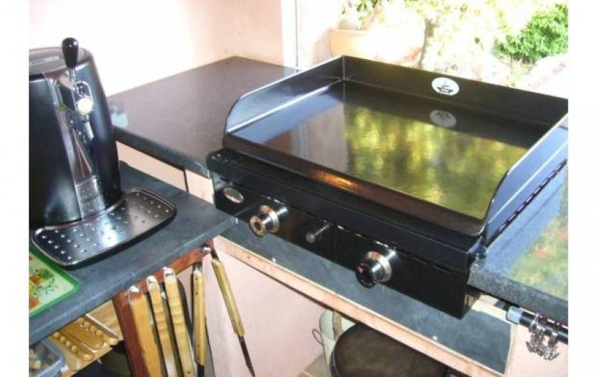 Location de vacances - Villa à Sainte-Lucie de Porto-Vecchio - cuisine pool house avec plancha frigidaire américain..