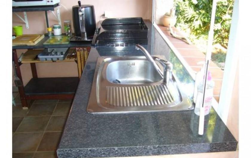 Location de vacances - Villa à Sainte-Lucie de Porto-Vecchio - Pool house avec cuisine d'été et salle de douche