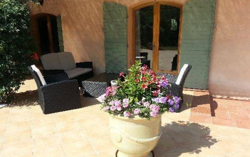 Location de vacances - Chambre d'hôtes à Cotignac - salon devant chambre l'Olivette
