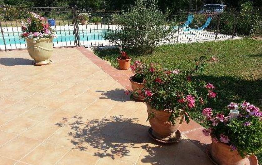 Location de vacances - Chambre d'hôtes à Cotignac - terrasse vue sur piscine