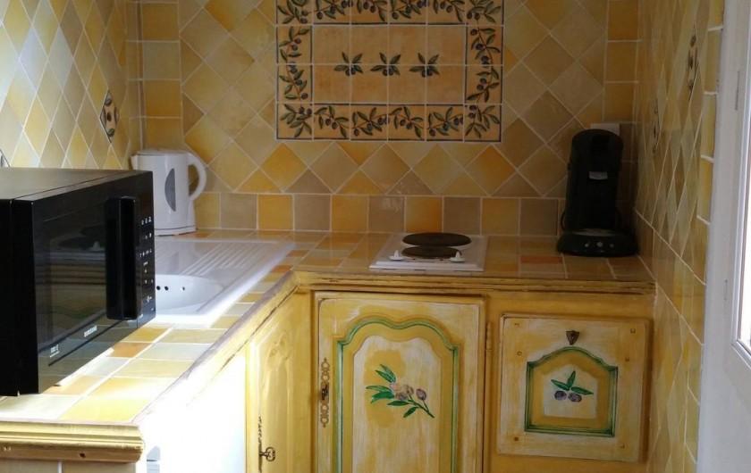 Location de vacances - Chambre d'hôtes à Cotignac - coin cuisine chambre l'Olivette