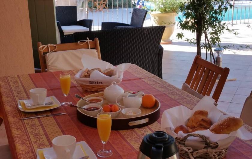 Location de vacances - Chambre d'hôtes à Cotignac - petit déjeuner sous la pergola