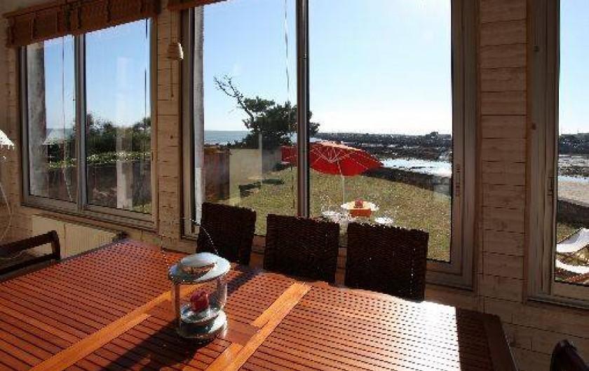 Location de vacances - Villa à Pornichet - Véranda prolongeant le séjour avec vue sur la Baie de La Baule et port