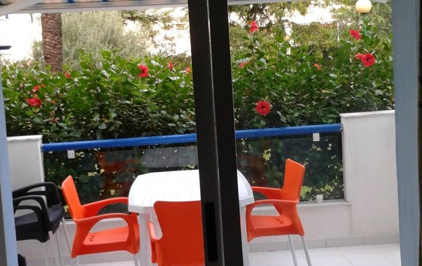 Location de vacances - Appartement à Dénia - Terrasse donnant sur le jardin et la piscine , exposée sud / est