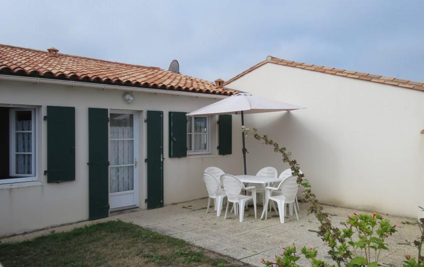 Location de vacances - Villa à Ars-en-Ré - Patio coté rue
