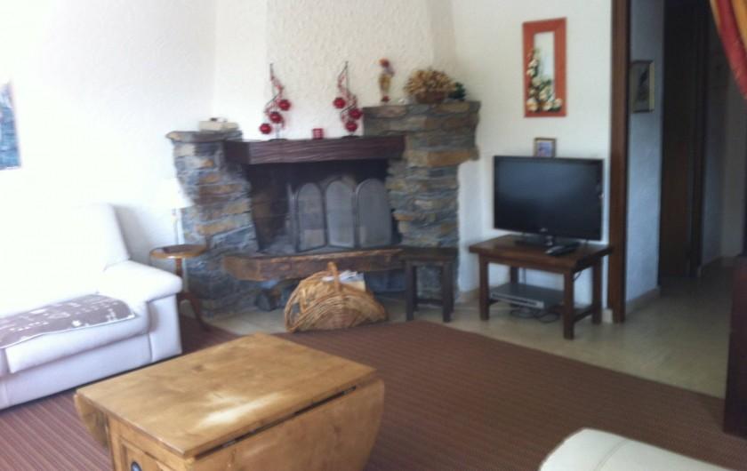 Location de vacances - Appartement à Combloux - Séjour composé de 2 canapés et 1 fauteuil + TV TNT (Cheminée Utilisable)