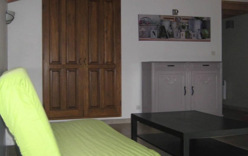 Location de vacances - Appartement à Courthézon - salon , canapé deux places