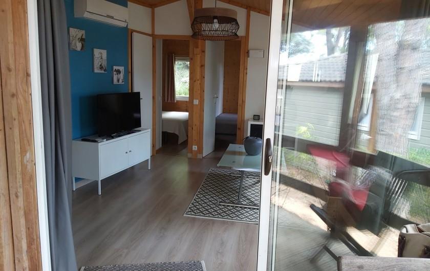 Location de vacances - Chalet à Agde - baie vitrée acces au séjour