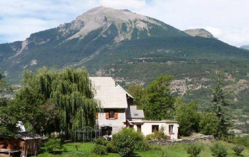 Location de vacances - Gîte à Saint-Clément-sur-Durance - Vue d'une partie de la maison. La cuisine est à droite.
