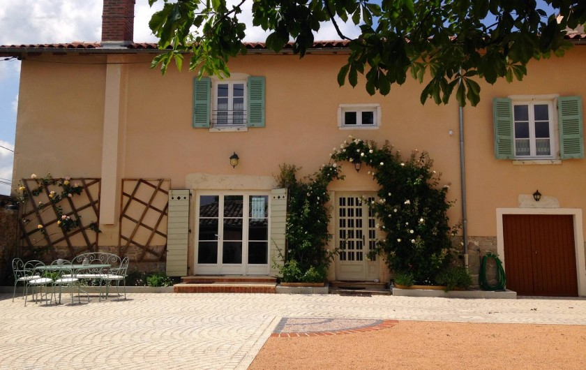 Location de vacances - Maison - Villa à Saint-Étienne-des-Oullières - The holiday house opening out onto the courtyard
