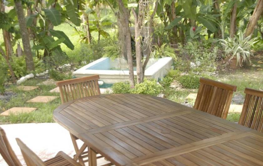Location de vacances - Studio à Sainte-Anne - Espace commun : Jardin, barbecue, …