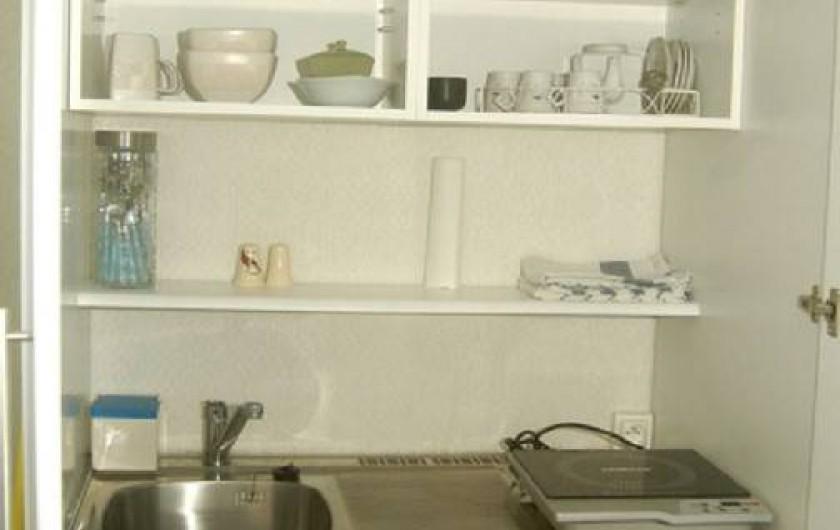 """Location de vacances - Studio à Sainte-Anne - Studio """"Pomme Kanel"""" : coin cuisine"""