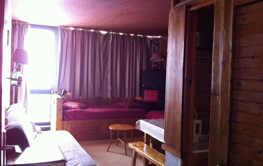 Location de vacances - Appartement à Super Besse - clic-clac double, baie vitrée vers balcon, lit, TV, table, entrée cuisine