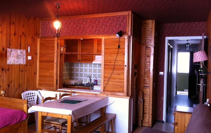 Location de vacances - Appartement à Super Besse - séjour (lit, table), avec vue sur cuisine et couloir d'entrée