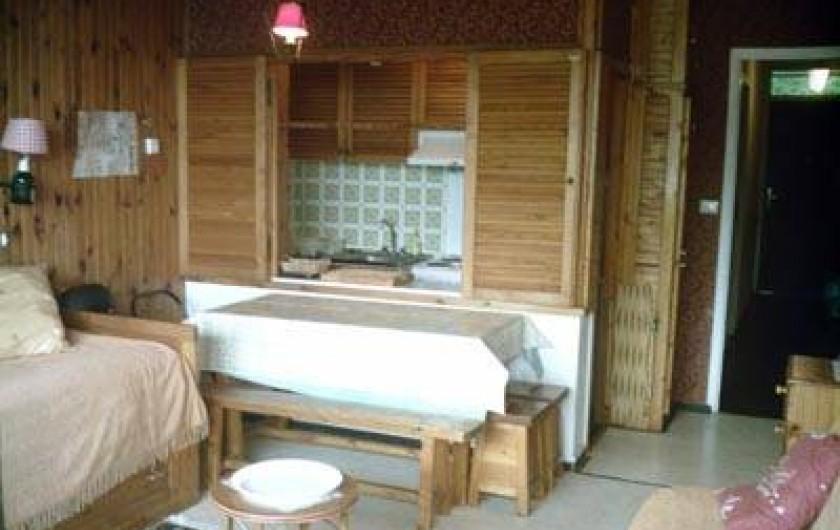Location de vacances - Appartement à Super Besse - séjour : lit, table,ouverture sur cuisine