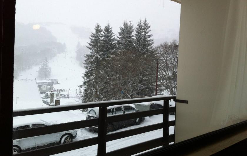 Location de vacances - Appartement à Super Besse - vue du balcon un jour de neige, vers les pistes