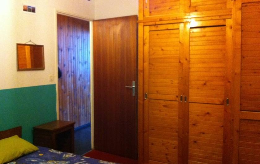 Location de vacances - Appartement à Super Besse - de la chambre : lit double, vue sur couloir d'entrée, placards