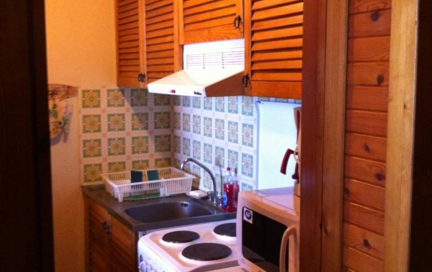 Location de vacances - Appartement à Super Besse - cuisine : l'ouverture vers le séjour est à gauche