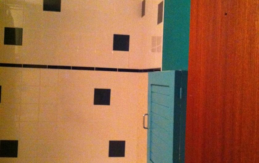 Location de vacances - Appartement à Super Besse - salle de bains : détail du carrelage récemment refait