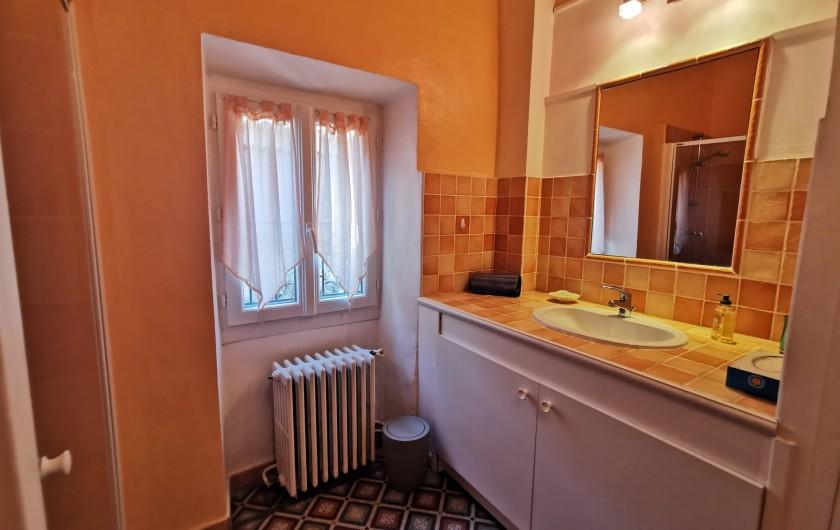 Location de vacances - Chambre d'hôtes à Jonquières - Salle d'eau chambre Plumbago 3 personnes
