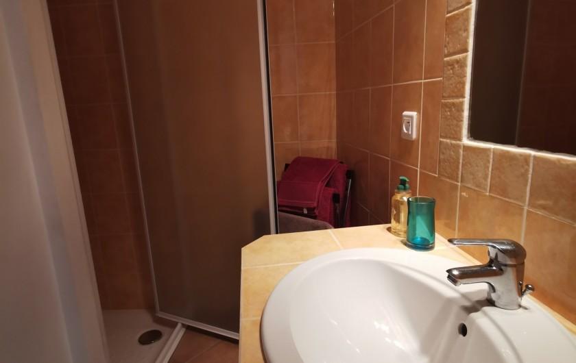 Location de vacances - Chambre d'hôtes à Jonquières - salle d'eau chambre Fleur d'oranger