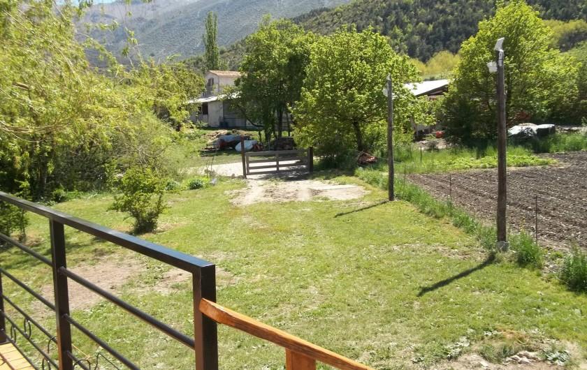 Location de vacances - Bungalow - Mobilhome à Blieux - entrée du terrain et son jardin